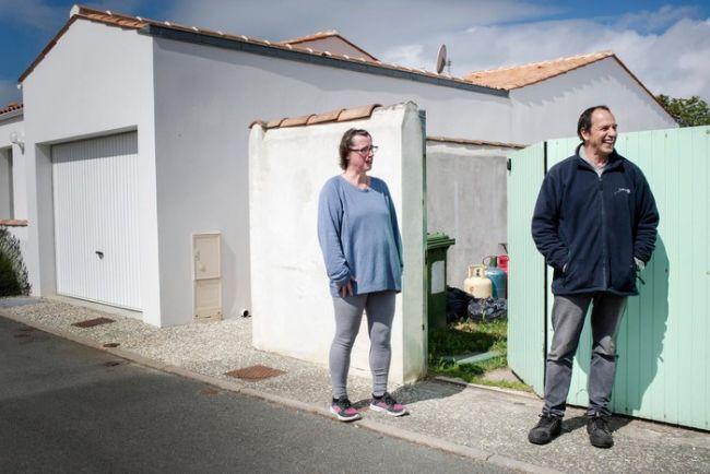 Những người hàng xóm của bà Fesseau cho biết dù họ cảm thấy nực cười về vụ việc, họ vẫn ủng hộ và đứng về phía Maurice. Ảnh: New York Times.